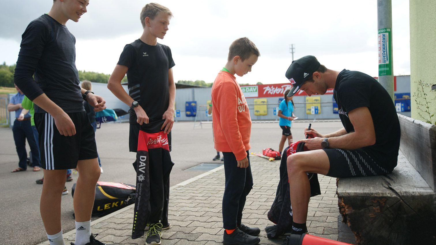 Schlange stehen bei der Autogrammstunde mit Profisportler Florian Notz