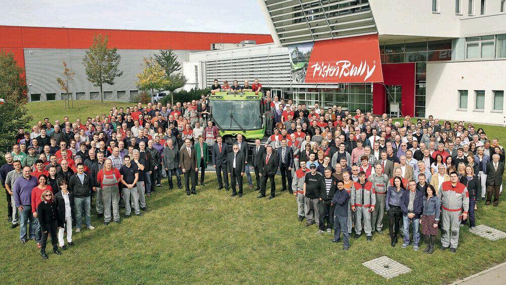 Una foto de todo el personal con los 20.000 PistenBully