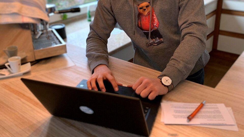 Egal ob in Küche, Büro, oder unterwegs: Die interaktiven Onlineschulungen lassen sich überall durchführen.