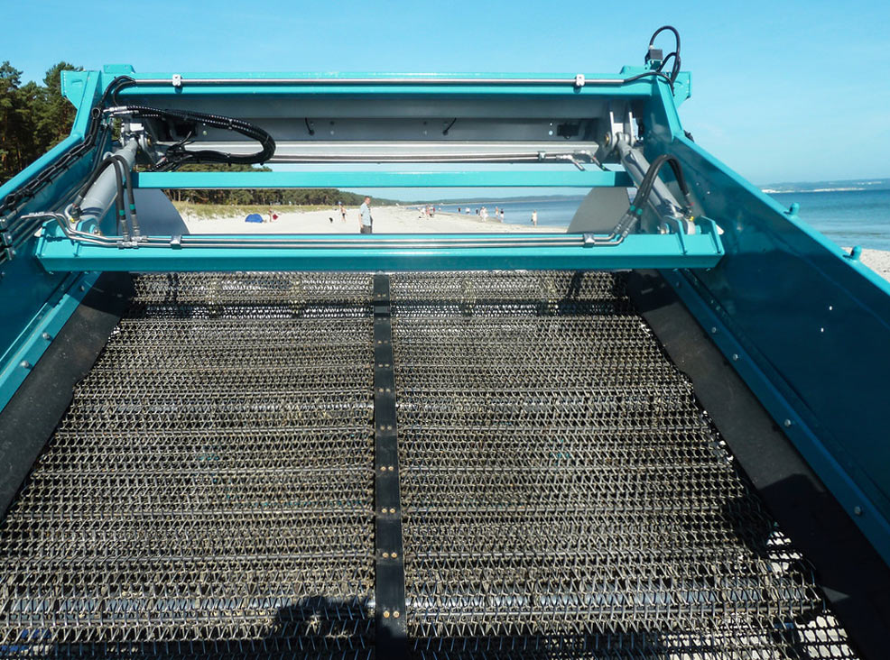 The innovative, patented composite screening belt of the BeachTech 2500 has a better operating performance and, at the same time, a longer service life.