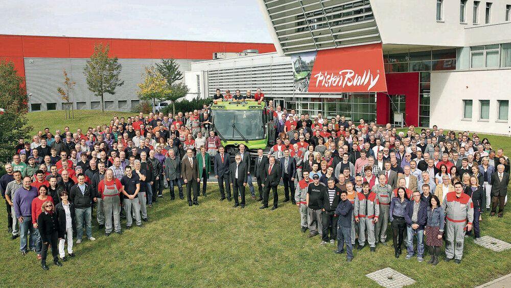Ein Foto der ganzen Belegschaft mit dem 20.000 PistenBully